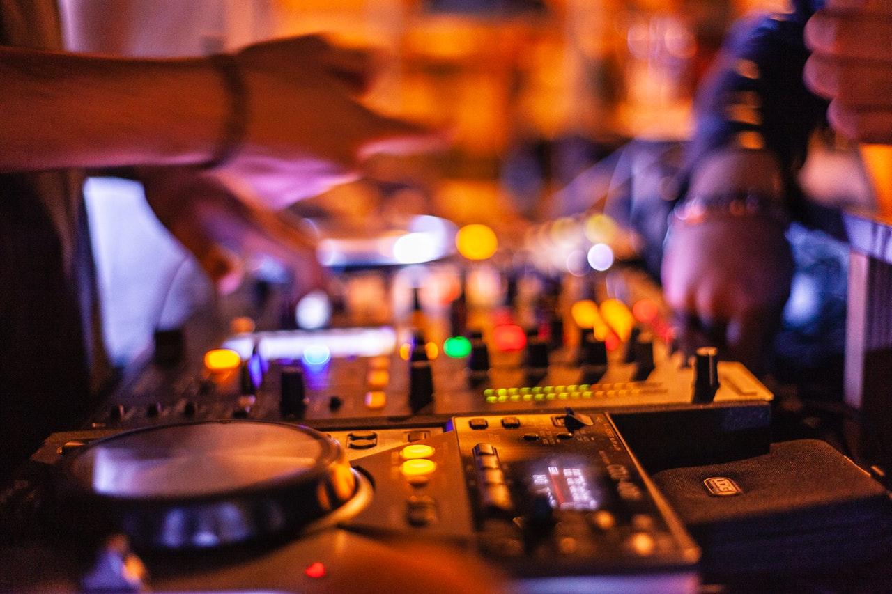 Comment choisir un bon DJ mariage en Bretagne?